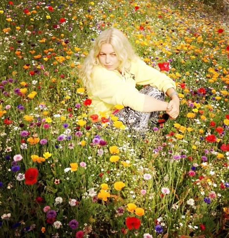 Camilla Prytz i blomsterengen