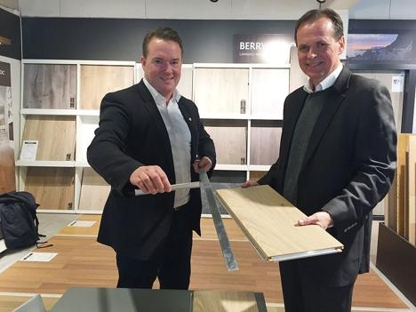 Henrik Futtrup Sapa og John Vonli Berry Alloc viser frem den nye gulvet med klikklås