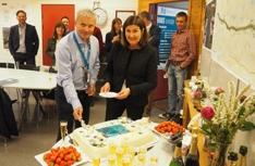 Detførste kakesttykket Idh og konsernsjef Hæhre