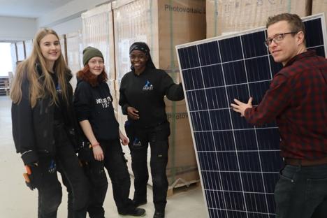 Abmas_lærlinger og sjef med solcellepanel